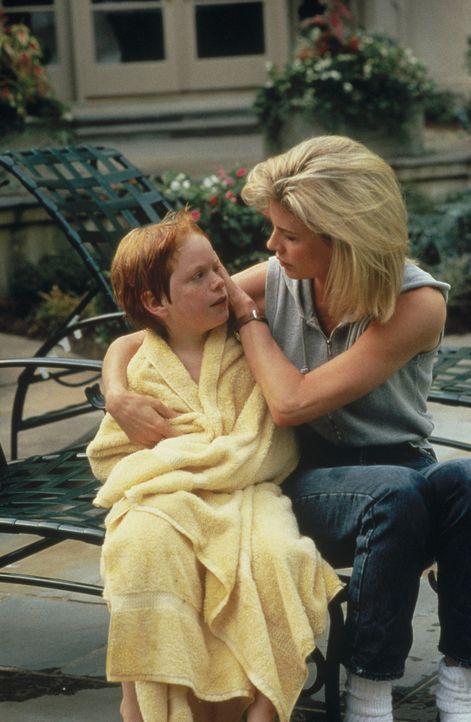 Karen McCoy (Kim Basinger, r.) und ihrem Sohn Patrick (Zach English, l.) ist noch nicht klar, dass ihnen ein schwerer Weg bevorsteht, um ein glückli... - Bildquelle: Universal Pictures