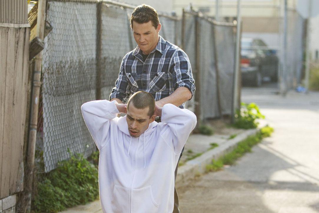 Nate und Sammy Bryant (Shawn Hatosy, hinten) sind auf Patrouille. Als plötzlich etwas gegen ihre Windschutzscheibe knallt, steigen die beiden aus,... - Bildquelle: Warner Brothers