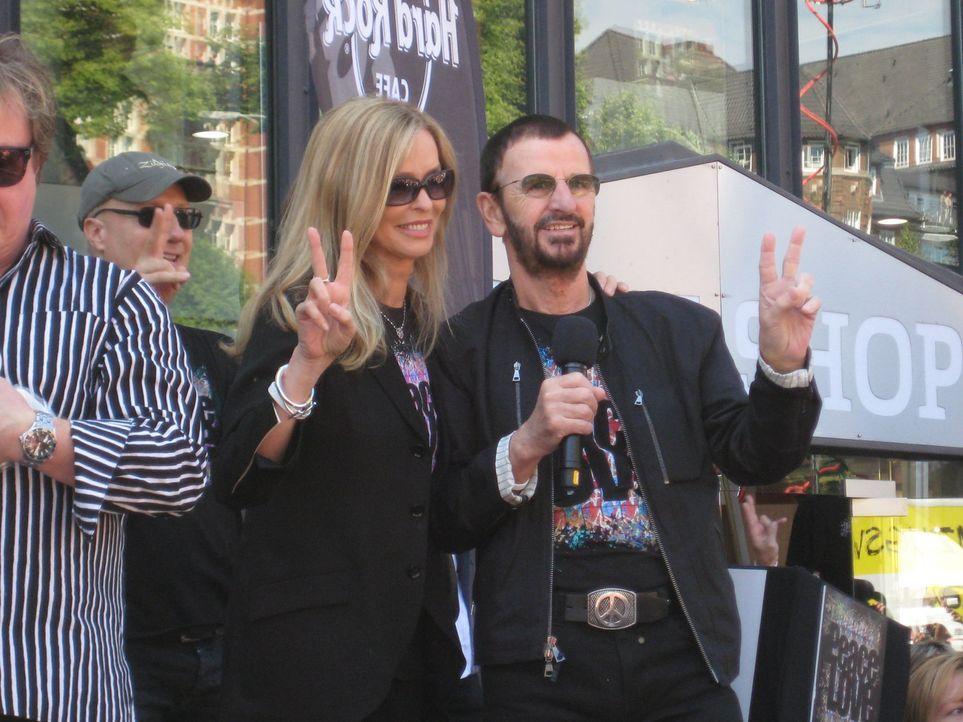 Hoher Besuch im Hard Rock Café Hamburg: Ringo Starr (r.) und seine Frau Barbara (l.) ... - Bildquelle: kabel eins