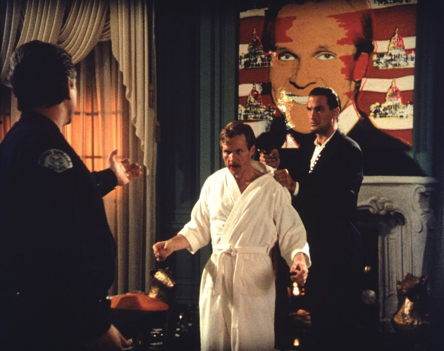 Von einem ungeheuren Hass getrieben, gelingt es Mason (Steven Seagal, r.), endlich an Vernon Trent heranzukommen. Doch jetzt muss er sich entscheide... - Bildquelle: Warner Bros.