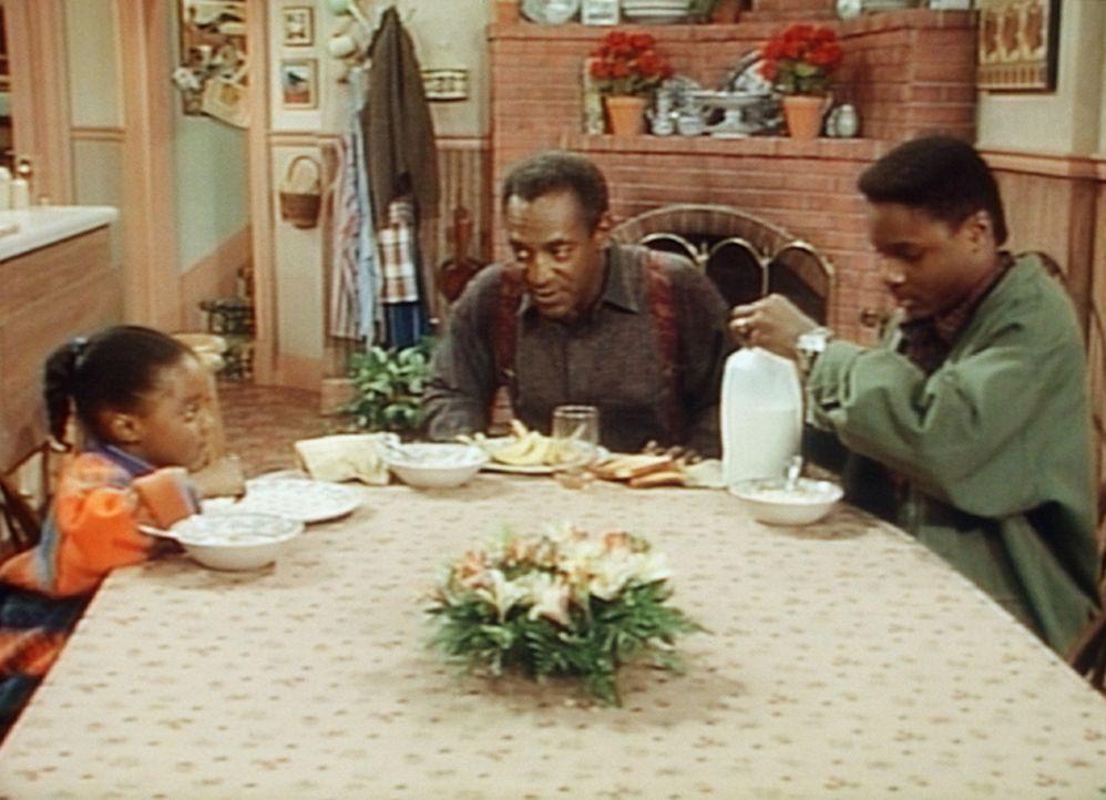 Wer hat Cliffs (Bill Cosby, M.) Orangensaft getrunken? Theo (Malcolm- Jamal Warner, r.) und Rudy (Keshia Knight Pulliam, l.) spielen die Unschuldigen. - Bildquelle: Viacom