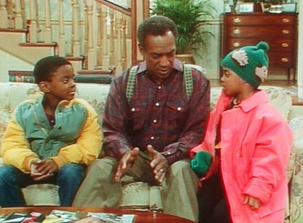 Cliff (Bill Cosby, M.) schlichtet einen Streit zwischen Rudy (Keshia Knight Pulliam, r.) und Kenny (Deon Richmond, l.). - Bildquelle: Viacom