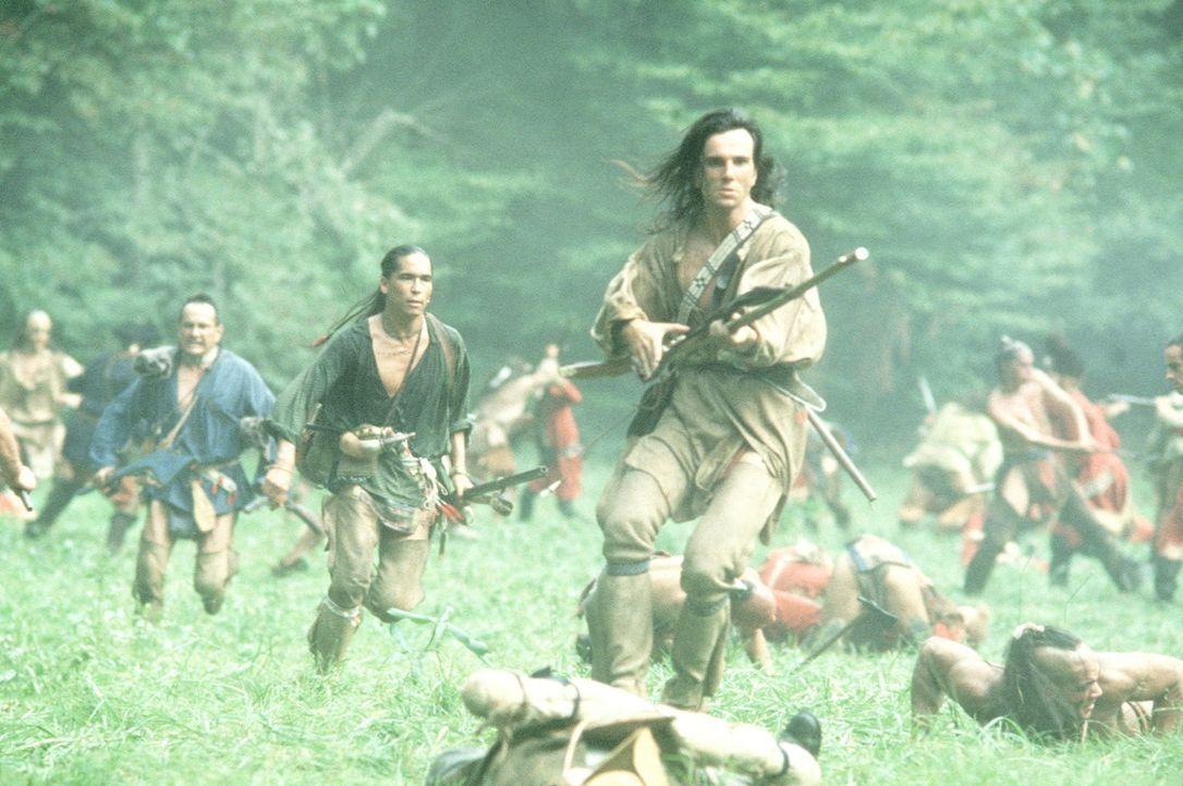 In einer blutigen Schlacht kämpfen Chingachgook (Russel Means, 3.v.l.), Uncas (Eric Schweig, 4.v.l.) und Hawkeye (Daniel Day-Lewis, M.) gegen die g... - Bildquelle: 20th Century Fox