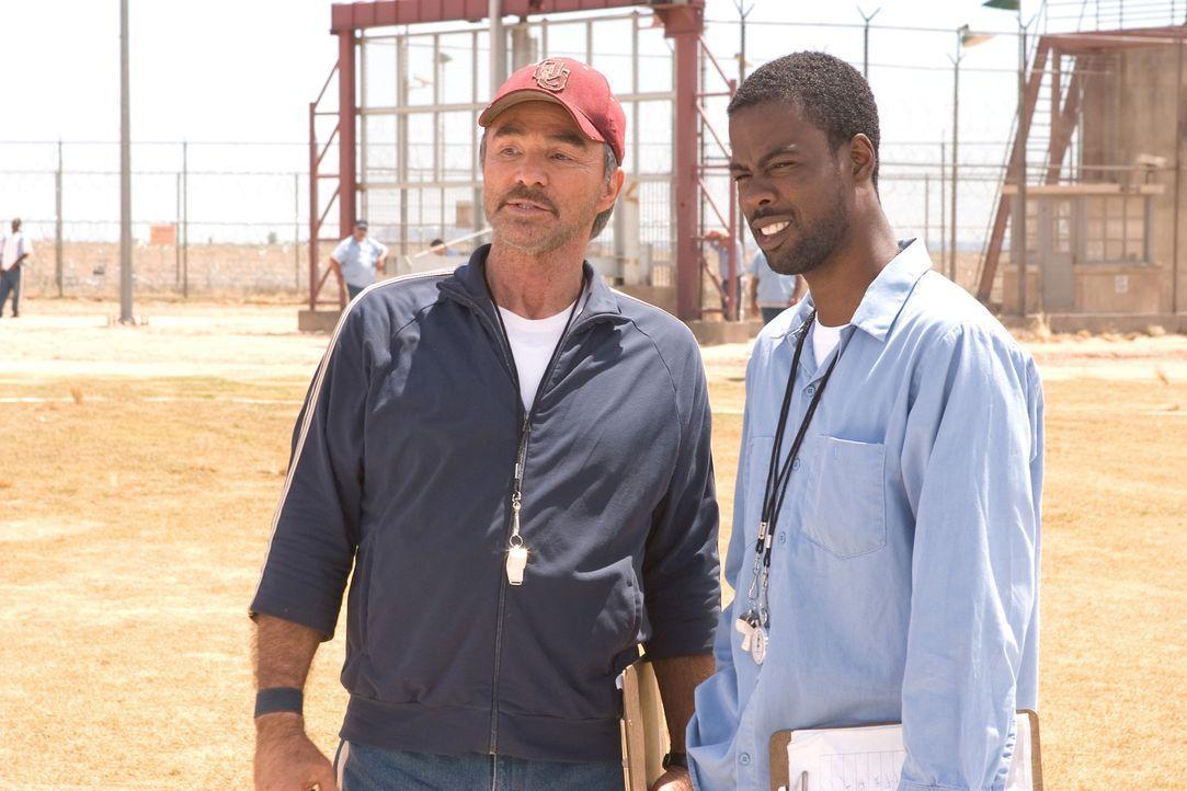 Wollen mit den sadistischen Wärtern abrechnen: Nate (Burt Reynolds, l.) und Caretaker (Chris Rock, r.) ... - Bildquelle: Sony 2007 CPT Holdings, Inc.  All Rights Reserved.