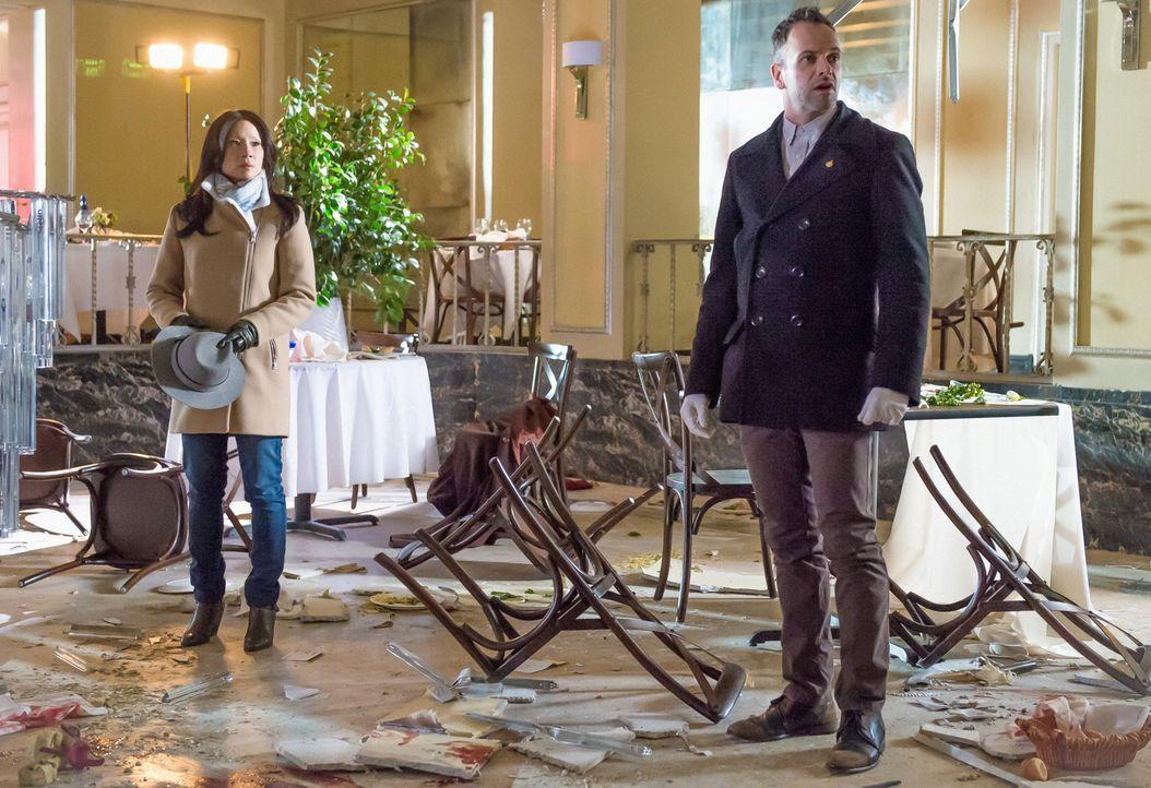 Dr. Watson (Lucy Liu, l.) und Sherlock Holmes (Jonny Lee Miller, r.) werden an den Ort einer Bombenexplosion gerufen ... - Bildquelle: CBS Television