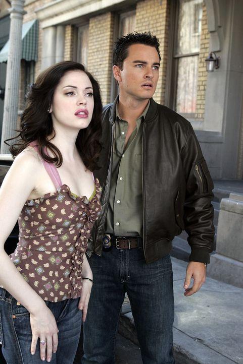 Als Paige (Rose McGowan, l.) und Brody (Kerr Smith, r.) ein Zauberbuch öffnen, werden sie davon eingesaugt und landen in einer anderen Zeit, den Dre... - Bildquelle: Paramount Pictures
