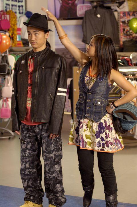 Wendy Wu (Brenda Song, r.) zeigt Shen (Shin Koyamada, l.) die Mode von heute ... - Bildquelle: Buena Vista International Television