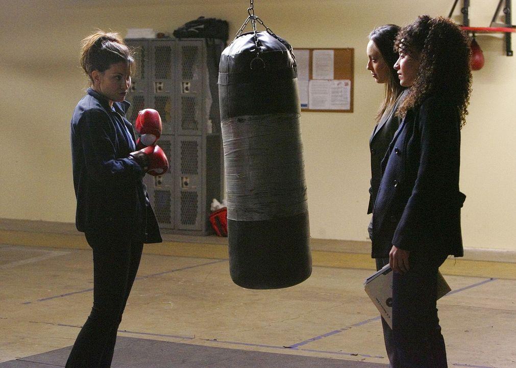 Liz (Aya Sumika, M.) und Nikki Betancourt (Sophina Brown, r.) versuchen einen neuen Fall zu lösen und hoffen, von Danielle Hill (Gina Gershon, l.)... - Bildquelle: Paramount Network Television