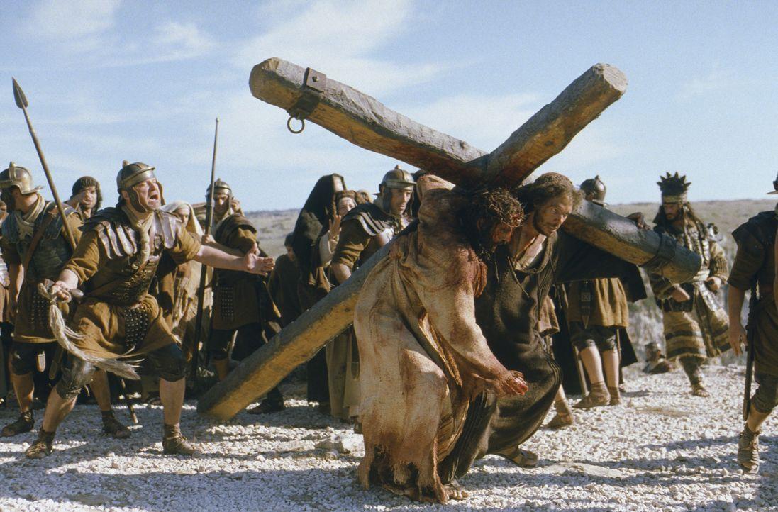 Von den römischen Soldaten genötigt, trägt Simon von Cyrene (Jarreth J. Merz, hinten) das Kreuz anfangs nur ungern, doch dann erfasst ihn ein tie... - Bildquelle: Icon Film Distribution Ltd.