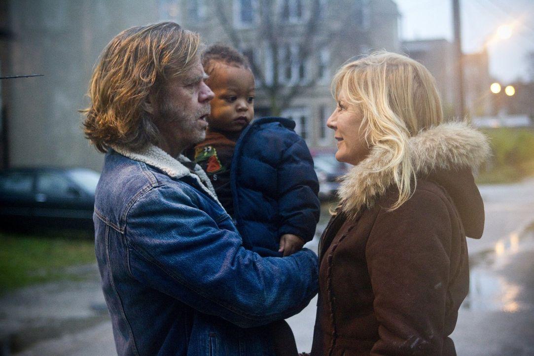 Zumindest für Liam (Blake Johnson, M.) möchte Monica (Chloe Webb, r.) da sein, nachdem sie Frank (William H. Macy, l.) und die Kinder vor Jahren ver... - Bildquelle: 2010 Warner Brothers
