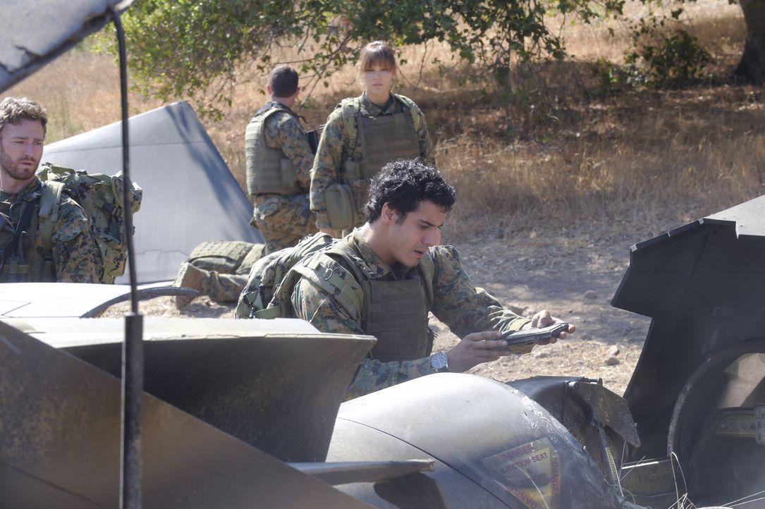 Ein Militärflugzeug wird in Bosnien abgeschossen. Walter (Elyes Gabel, vorne) und Paige (Katharine McPhee, hinten) müssen in das gefährliche Gebiet... - Bildquelle: Ron Jaffe 2014 CBS Broadcasting, Inc. All Rights Reserved / Ron Jaffe