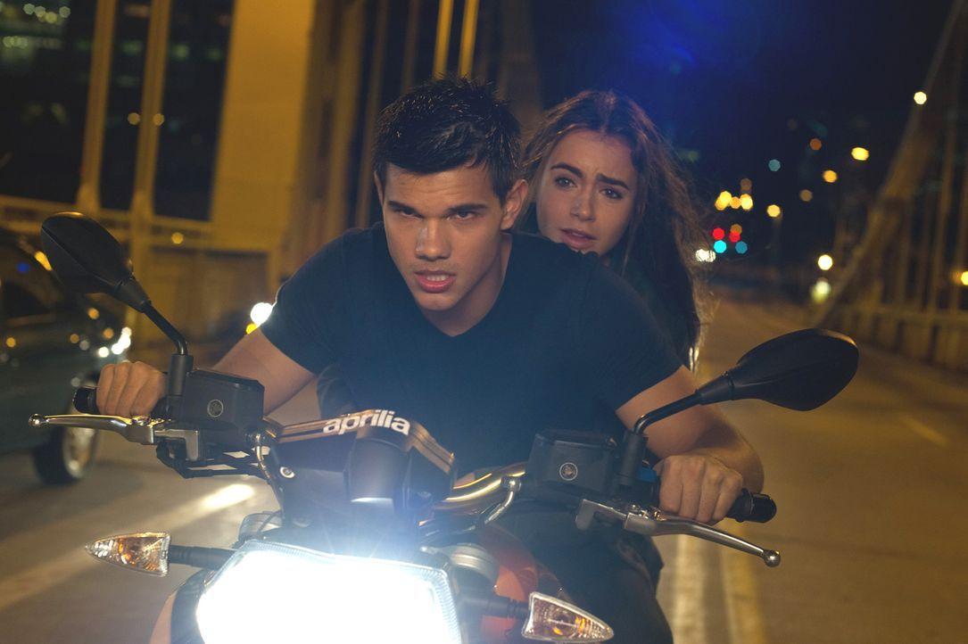 Schon bald befinden sich Nathan (Taylor Lautner, l.) und Karen (Lily Collins, r.) auf der Flucht vor unbekannten Killern und der CIA ... - Bildquelle: Kinowelt GmbH
