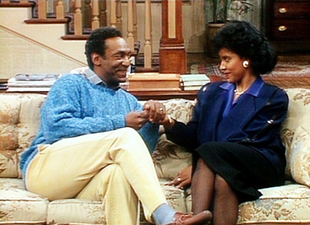 Cliff (Bill Cosby, l.) versucht, seiner Frau Clair (Phylicia Rashad, r.) zu entlocken, was er wohl zum Geburtstag bekommen wird. - Bildquelle: Viacom