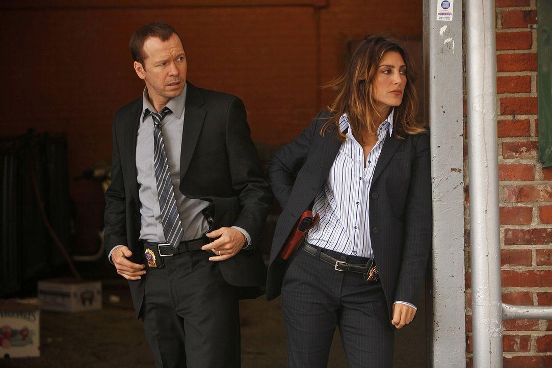 Eine Polizistin ist bei einem Einsatz erschossen worden. Danny (Donnie Wahlberg, l.) und seine neue Partnerin Jackie Curatola (Jennifer Esposito, r.... - Bildquelle: 2010 CBS Broadcasting Inc. All Rights Reserved