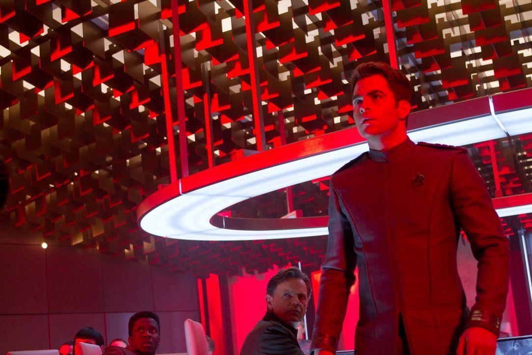 Zu spät kommt Captain Kirk (Chris Pine, r.) der Verdacht, dass Admiral Christopher Pike (Bruce Greenwood, 2.v.r.) und alle anderen in eine verlustre... - Bildquelle: Zade Rosenthal 2013 Paramount Pictures.  All Rights Reserved. / Zade Rosenthal