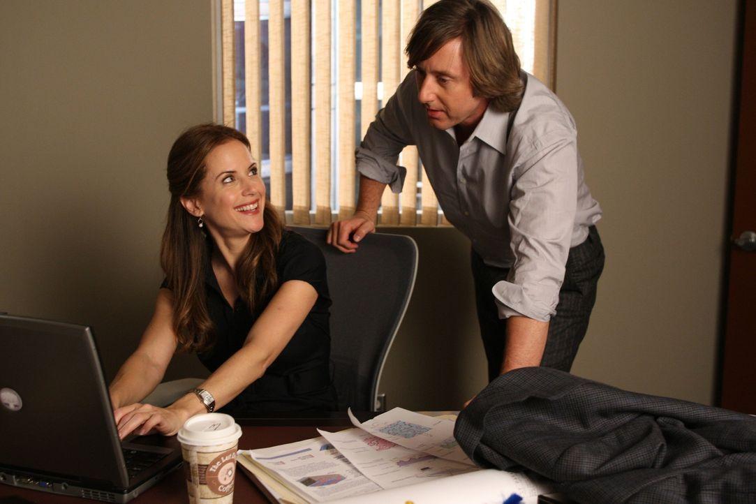 Joe Dubois (Jake Weber, r.) arbeitet an einem Optimierungssystem für Solarzellen. Die attraktive Meghan Doyle (Kelly Preston, l.) will ihm bei der U... - Bildquelle: Paramount Network Television