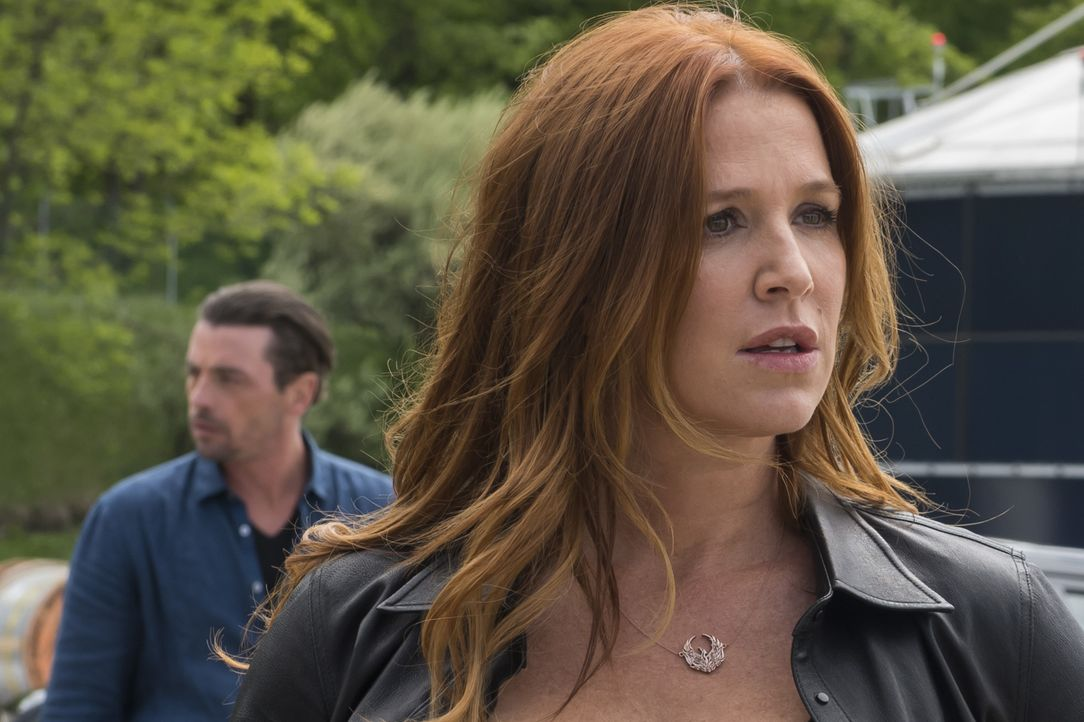 Überrascht darüber, Eddie (Skeet Ulrich, l.) wiederzusehen, erzählt Carrie (Poppy Montgomery, r.) Al, dass sie verheiratet waren, als sie in Florida... - Bildquelle: Jeff Neumann 2015, 2016 Sony Pictures Television Inc. All Rights Reserved. / Jeff Neumann