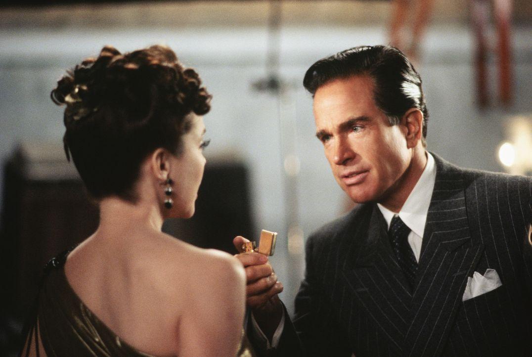 """Liebe auf den ersten Blick: Benjamin """"Bugsy"""" Siegel (Warren Beatty, r.) ist von der bezaubernden Schauspielerin Virginia (Annette Bening, l.) hin un... - Bildquelle: CPT Holdings, Inc. All Rights Reserved."""