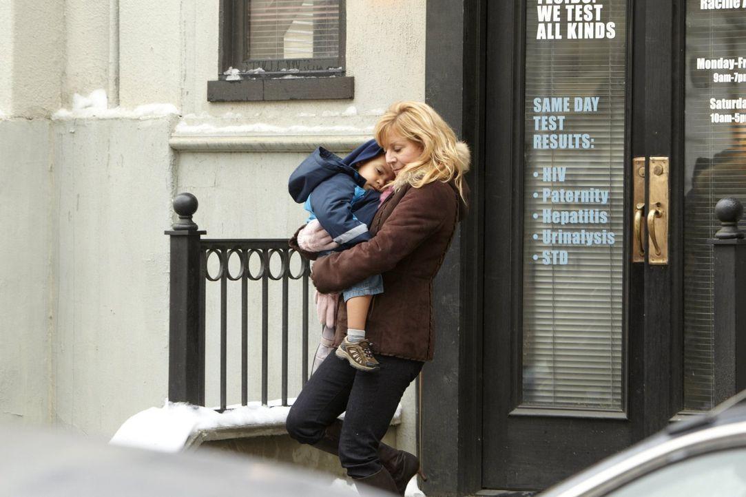 Schafft es Monica (Chloe Webb), Fiona und ihren Geschwistern den kleinen Liam wegzunehmen? - Bildquelle: 2010 Warner Brothers