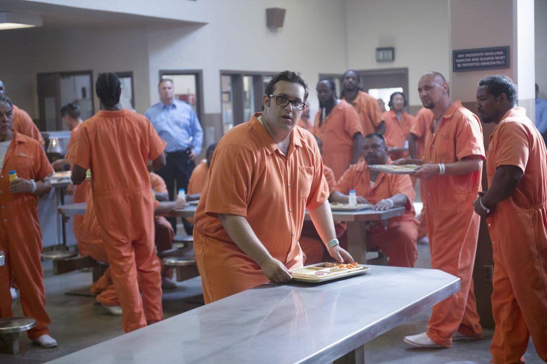 Gangmachenschaften zwingen Sylvester (Ari Stidham, M.) dazu, im Gefängnis zu recherchieren. Doch plötzlich schwebt er in Lebensgefahr ... - Bildquelle: Neil Jacobs 2015 CBS Broadcasting, Inc. All Rights Reserved. / Neil Jacobs