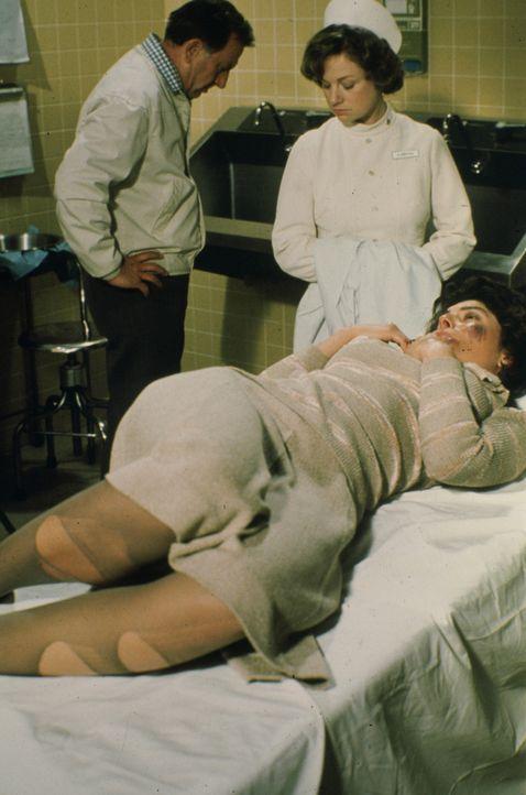 Eine Serie brutaler Vergewaltigungen erschüttert die Stadt. Als Carol Bowen (Adreinne Barbeau, vorne), die in einer Beratungsstelle für Vergewaltigu... - Bildquelle: Universal Pictures