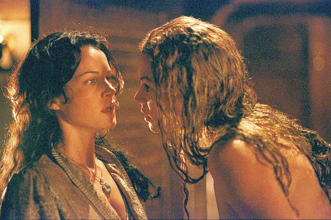 Geschickt verschafft sich die Meerjungfrau (Rya Kihlstedt, r.) telepathisch Gewalt über Lily (Carla Gugino, l.) und die Schiffsbesatzung ... - Bildquelle: 2004 Sony Pictures Television International. All Rights Reserved.