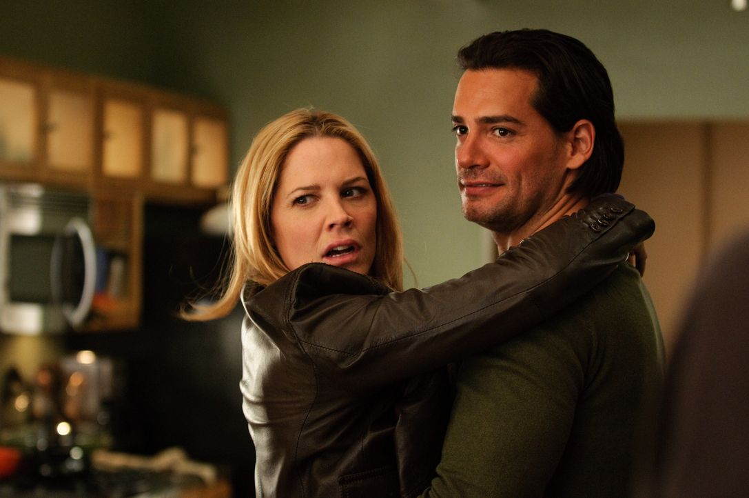 Mary Shannon (Mary McCormack, l.); Raphael Ramirez (Christian de la Fuente, r.) - Bildquelle: Colleen Hayes USA Network / Colleen Hayes