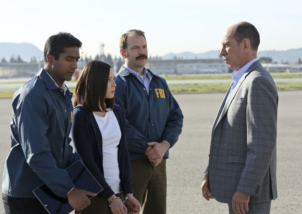 Granger (Miguel Ferrer, r.) muss Jennifer Kim (Malese Jow, 2.v.l.) nach Los Angeles eskortieren. Auf dem Weg dorthin erfährt er, dass Killer hinter... - Bildquelle: Michael Yarish 2016 CBS Broadcasting, Inc. All Rights Reserved.