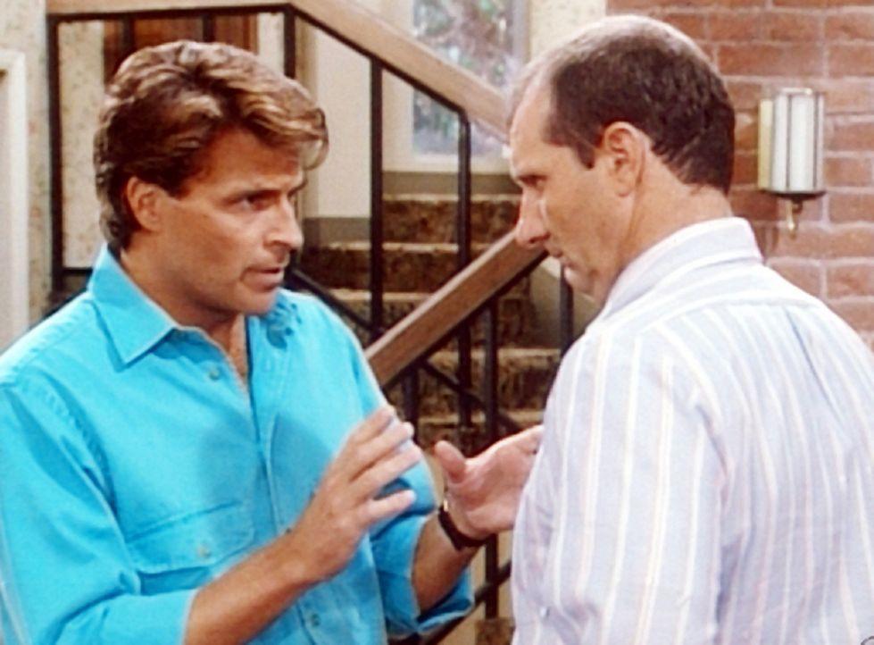 Al (Ed O'Neill, r.) erzählt Jefferson (Ted McGinley, l.), dass er seine Jugendliebe wiedergesehen hat. - Bildquelle: Columbia Pictures