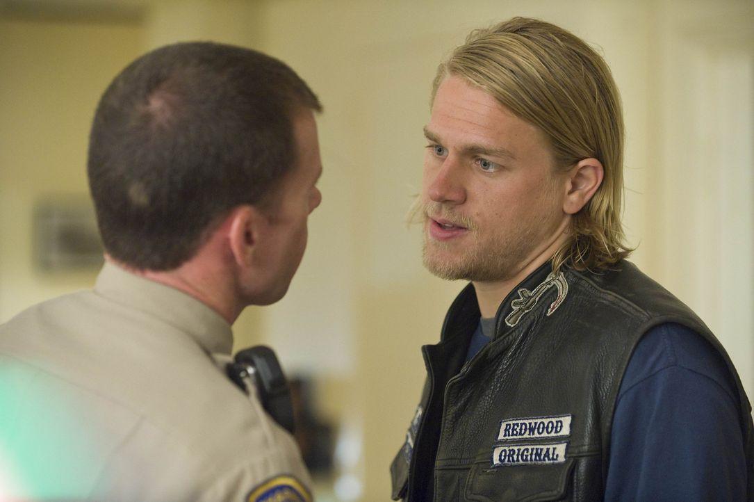 """Jackson """"Jax"""" Teller (Charlie Hunnam, r.) macht David Hale (Taylor Sheridan, l.) deutlich, dass er den ATF-Agent Joshua Kohn besser im Auge behalten... - Bildquelle: 2008 FX Networks, LLC. All rights reserved."""