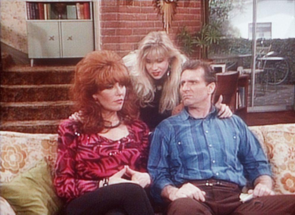 Kelly (Christina Applegate, M.) bittet Peggy (Katey Sagal, l.) und Al (Ed O'Neill, r.), eine Pyjamaparty im Haus feiern zu dürfen. - Bildquelle: Columbia Pictures