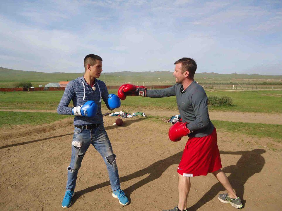 Der schwererziehbare Justin (l.) soll in der Mongolei beim Bau eines Gewächshauses helfen. Gejammer lässt der Coach Christian Görisch (r.) nicht dur... - Bildquelle: kabel eins