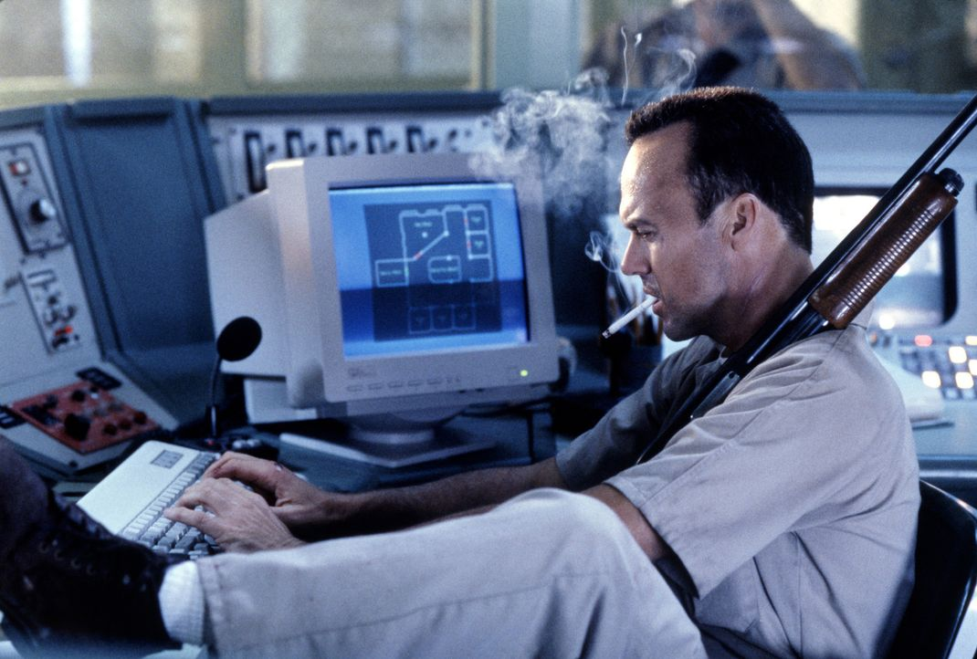 Dem psychopatischen Mörder Peter McCabe (Michael Keaton) gelingt tatsächlich die Fluch, als er vom Gefängnis in ein Krankenhaus überführt werde... - Bildquelle: Sony Pictures Television International. All Rights Reserved.