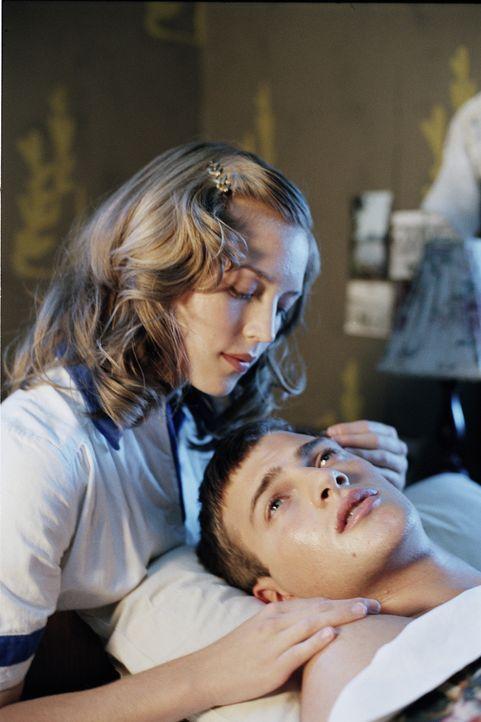 Erik Ponti (Andreas Wilson, r.) lässt sich auf eine geheime Liebesbeziehung mit Marja (Linda Gyllenberg, l.), die in Stjärnsberg als Putzfrau ange... - Bildquelle: MFA Filmdistribution