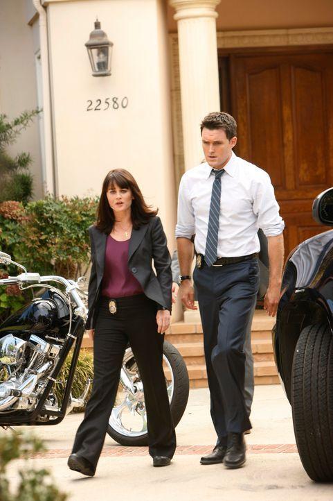 Ein neuer Mordfall beschäftigt Teresa (Robin Tunney, l.) und Wayne (Owain Yeoman, r.) ... - Bildquelle: Warner Bros. Television