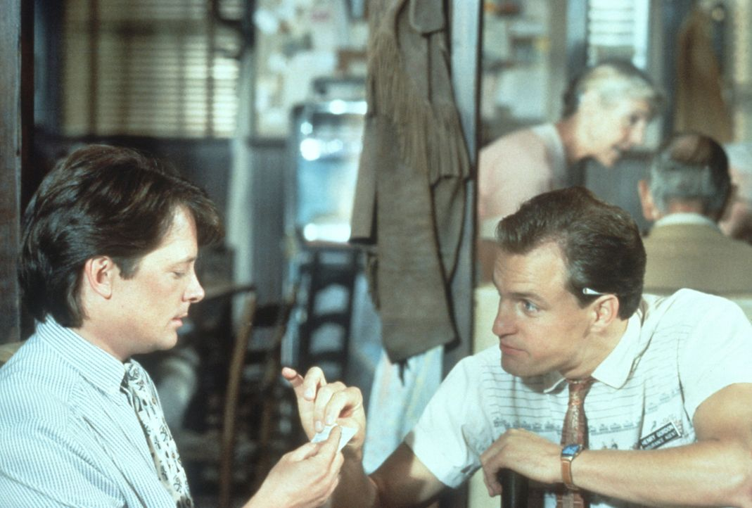 Ben Stone (Michael J. Fox, l.), der Arzt aus der Großstadt, und sein Nebenbuhler Hank (Woody Harrelson, r), der Versicherungsvertreter aus der Klein... - Bildquelle: Warner Bros.