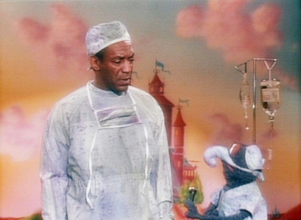 Gonzo (r.) erklärt Cliff (Bill Cosby, l.), dass er bei der Entbindung eines Muppet-Babys Geburtshilfe leisten soll. - Bildquelle: Viacom