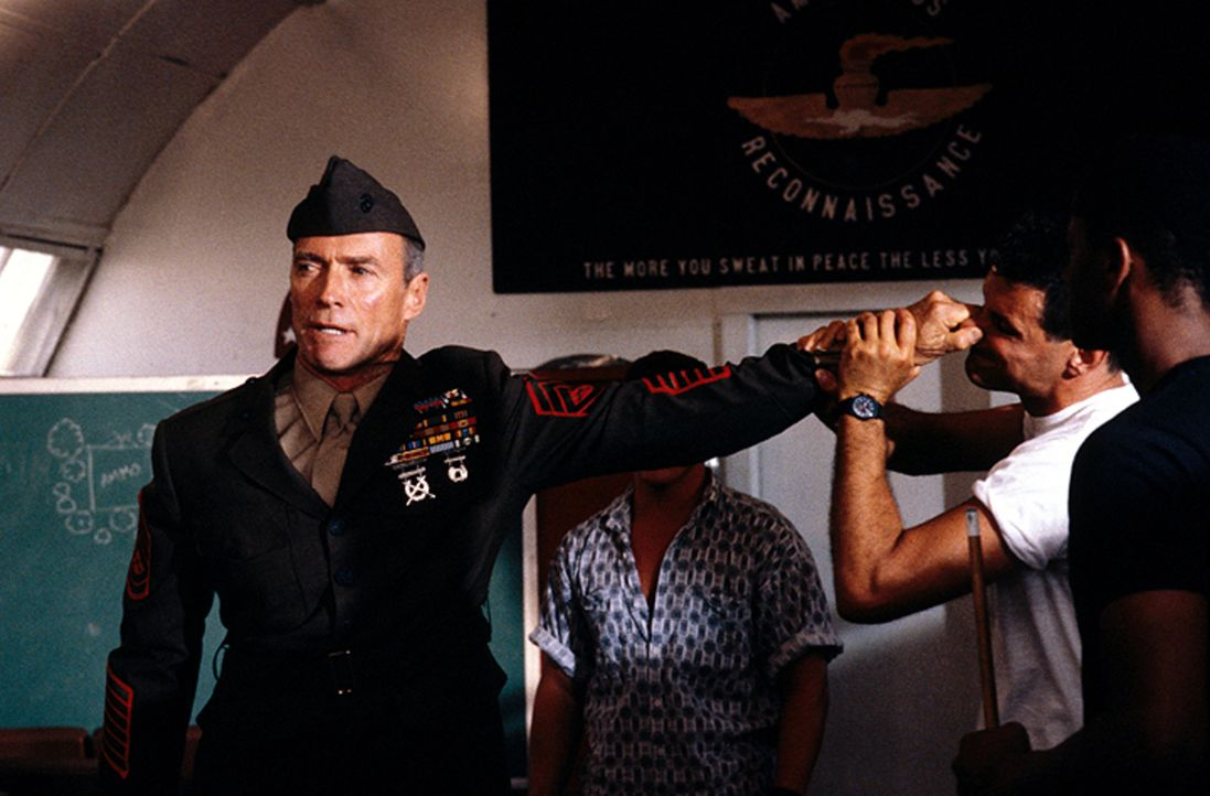 Gunnery Sergent Thomas Highway (Clint Eastwood, l.) - Bildquelle: 1986 Warner Bros. Pictures. Tous droits réservés.