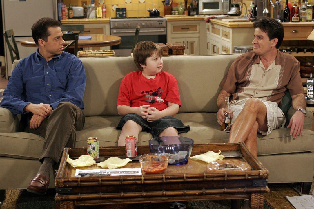 Ein Gespräch unter Männern: Charlie (Charlie Sheen, r.), Jake (Angus T. Jones, M.) und Alan (Jon Cryer, l.) ... - Bildquelle: Warner Bros. Television