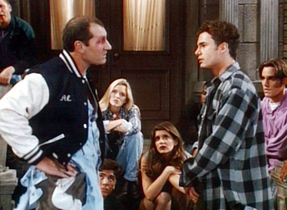 Al (Ed O'Neill, l.) muss von Ray Ray (Matt Borlenghi, r.), dem Anführer einer Jugendgang, reichlich Prügel einstecken. - Bildquelle: Columbia Pictures