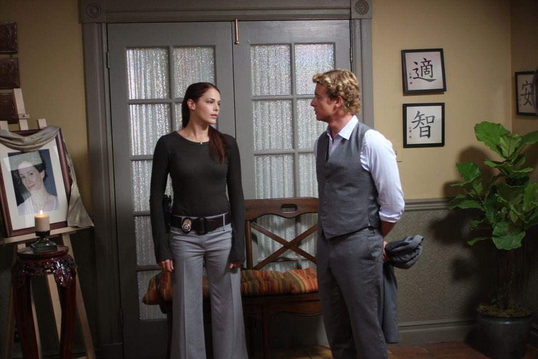 Mit allen Mitteln wollen Grace (Amanda Righetti, l.) und Patrick (Simon Baker, r.) den Mord an der wohlhabenden Witwe Rosemary Tennant aufklären ... - Bildquelle: Warner Bros. Television