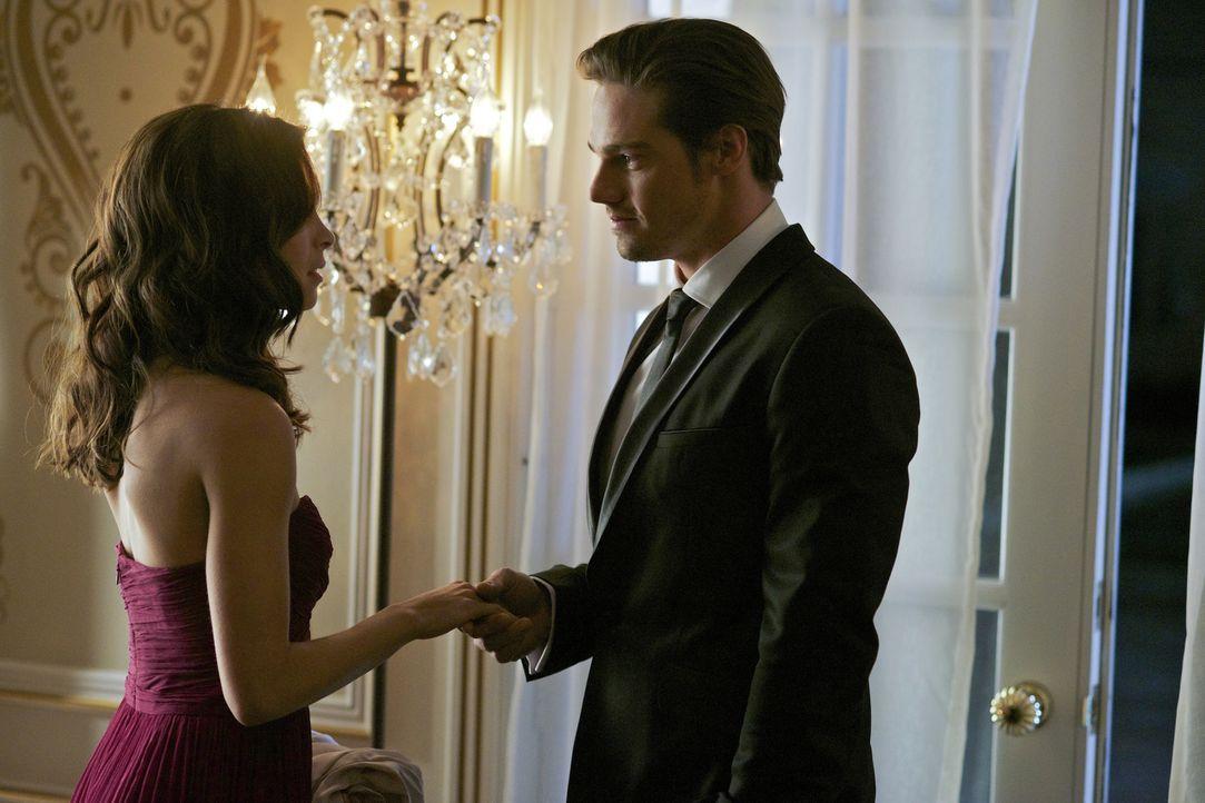Vincent (Jay Ryan, r.) ist das Versteckspiel leid und taucht überraschend auf der Hochzeit Von Cats (Kristin Kreuk, l.) Vater auf ... - Bildquelle: 2012 The CW Network, LLC. All rights reserved.