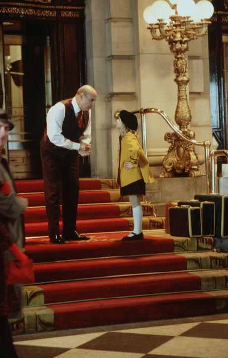 Immer wieder gelingt es Eloise (Sofia Vassilieva, r.), den Hotelmanager Mr. Salomone (Jeffrey Tambor, l.) um den Finger zu wickeln ... - Bildquelle: American Broadcasting Company (ABC)