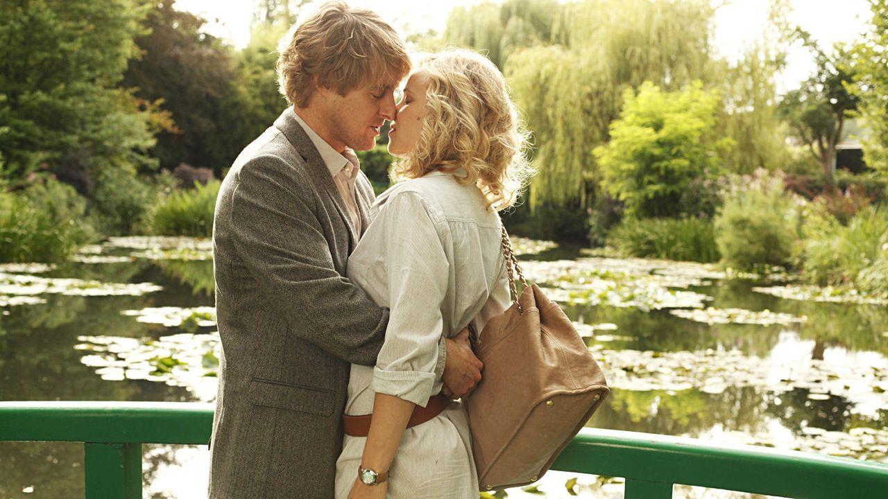 Gil Pender, erfolgreicher Hollywood-Drehbuchautor, begleitet seine Verlobte Inez und ihre Eltern auf eine Geschäftsreise nach Paris - Bildquelle: Concorde