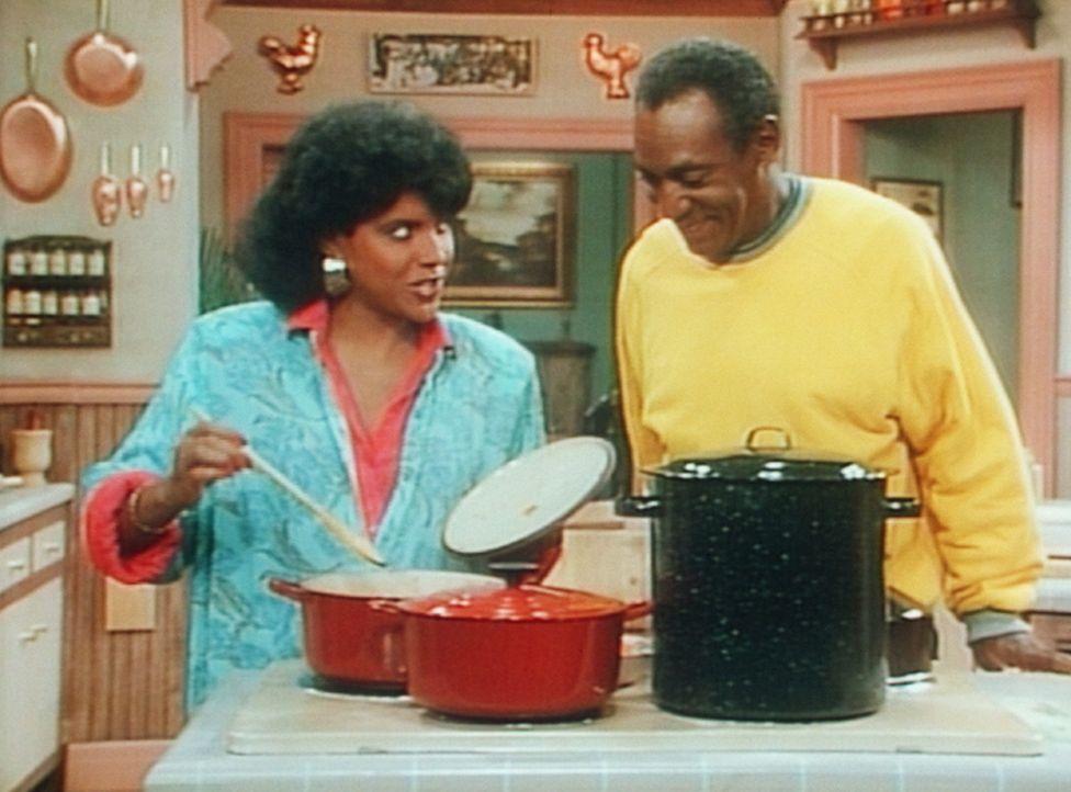 Clair (Phylicia Rashad, l.) ist skeptisch, als Cliff (Bill Cosby, r.) ihre Suppe mit seinem Spezialgewürz verfeinern will. - Bildquelle: Viacom