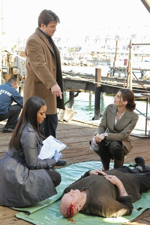 War es ein Unfall oder doch Mord? Lanie Parish (Tamala Jones, vorne l.), Castle (Nathan Fillion, 2.v.l.) und Beckett (Stana Katic, r.) sind auf der... - Bildquelle: 2010 American Broadcasting Companies, Inc. All rights reserved.