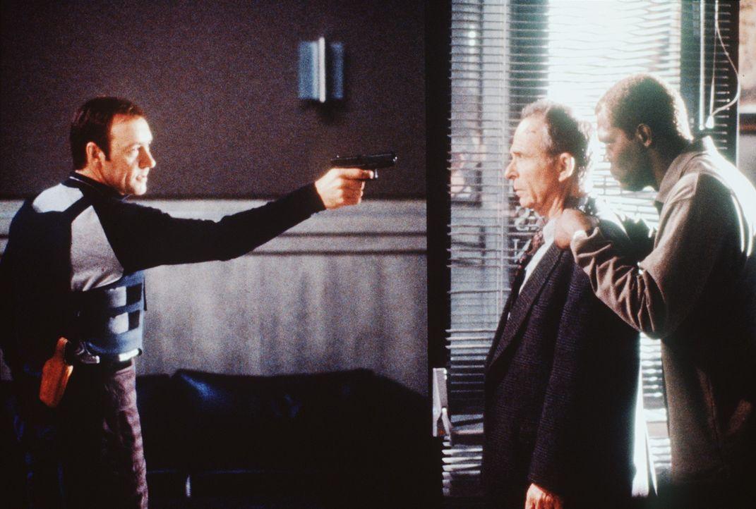 Weil Geiselspezialist Danny (Samuel L. Jackson, r.) unter Mordverdacht steht, gibt es für ihn nur einen Ausweg: Er bringt Grant Frost (Ron Rifkin,... - Bildquelle: TM+  Warner Bros.