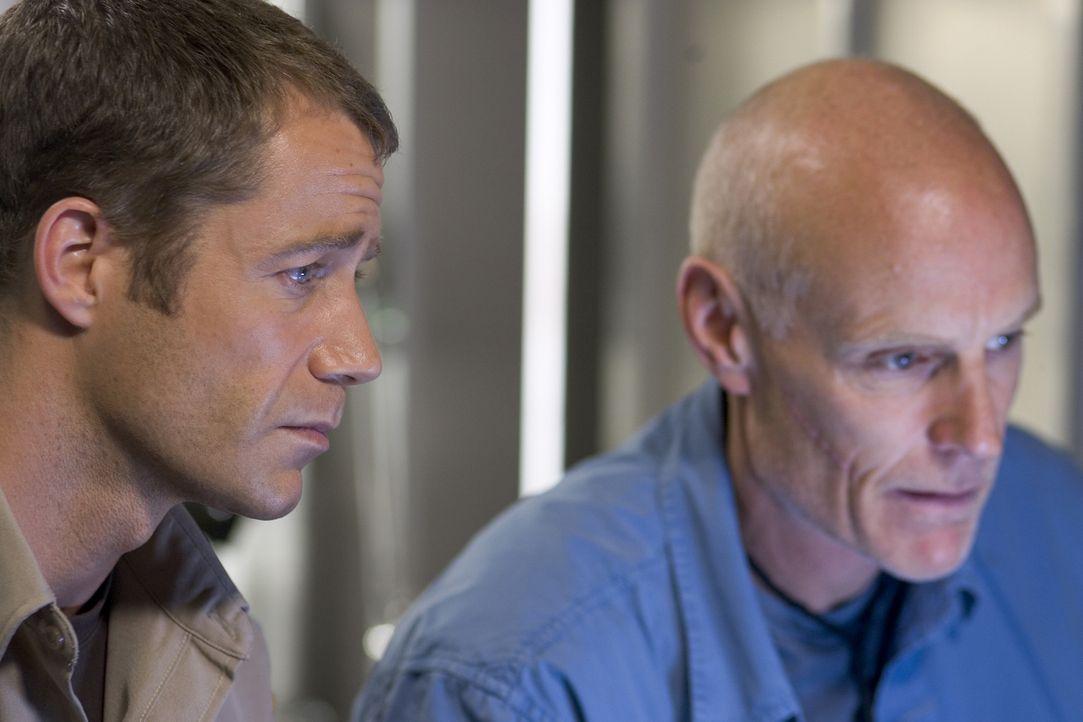 Carter (Colin Ferguson, l.) wird mit einem geheimnisvollen Virus infiziert, der wie Taggart (Matt Frewer, r.) bereits herausgefunden hat, ziemlich g... - Bildquelle: Universal Television