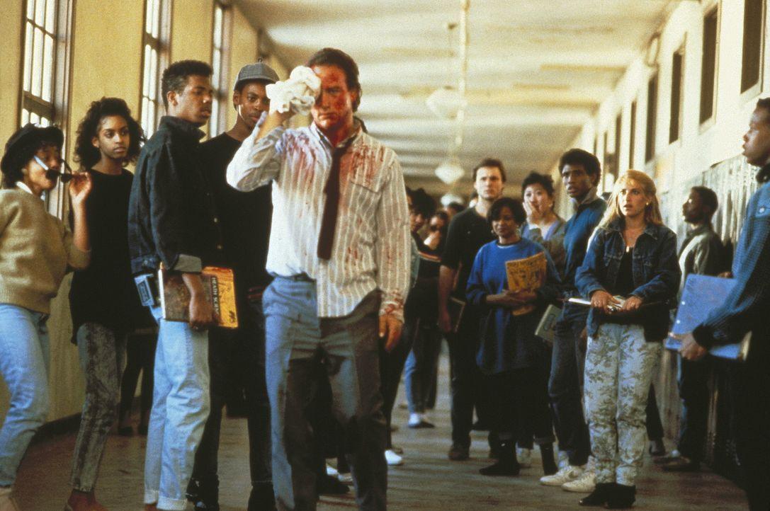 Als seine Kollegen den Widerstand aufgeben, sagt ihnen der Lehrer Rick Latimer (James Belushi, M.) den Kampf an ... - Bildquelle: TriStar Pictures