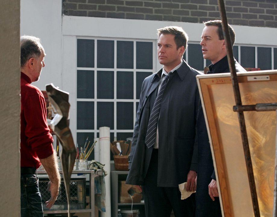 Ein junger Lieutenant wird im Büro seiner Vorgesetzten erschlagen aufgefunden. McGee (Sean Murray, r.) und Tony (Michael Weatherly, M.) untersuchen... - Bildquelle: Sonja Flemming CBS Television